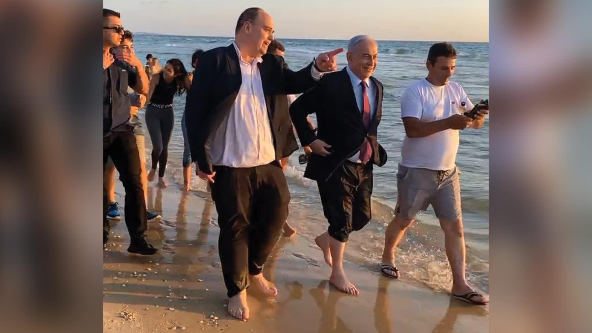 بنيامين نتنياهو حافي القدمين على شواطئ تل أبيب بعد فشله في تشكيل الحكومة (شاهد)