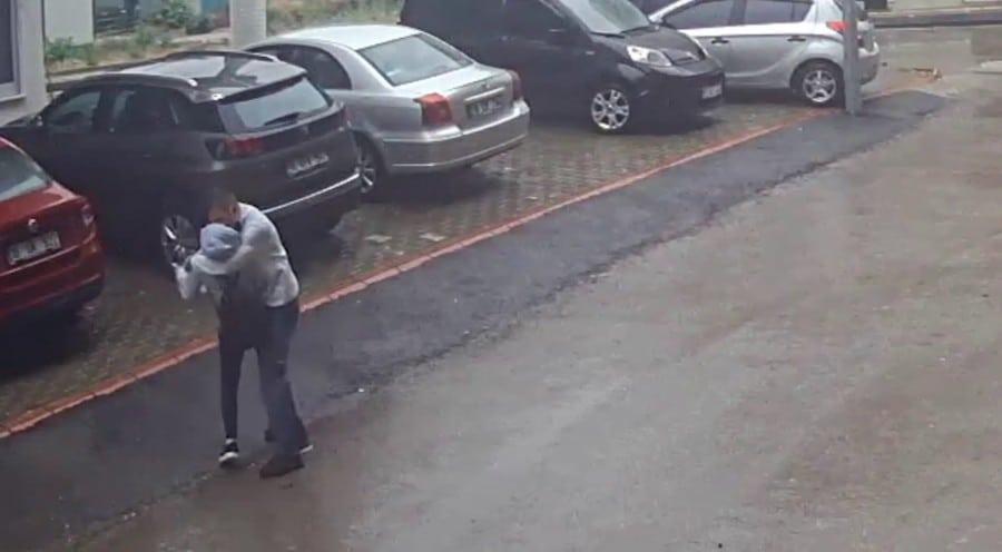 شاب تركي يتحرش بالفتيات في الشارع