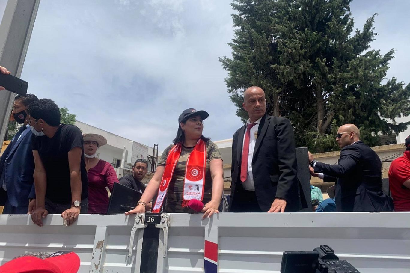 """""""العربية"""" فبركت المظاهرة كعادتها وعبير موسى أغمي عليها أمام البرلمان التونسي"""