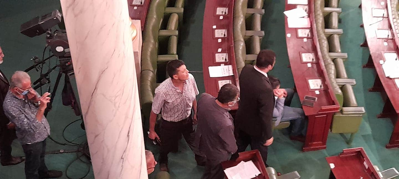 نائب تونسي يعتدي بالضرب على عبير موسى تحت قبة البرلمان (فيديو)