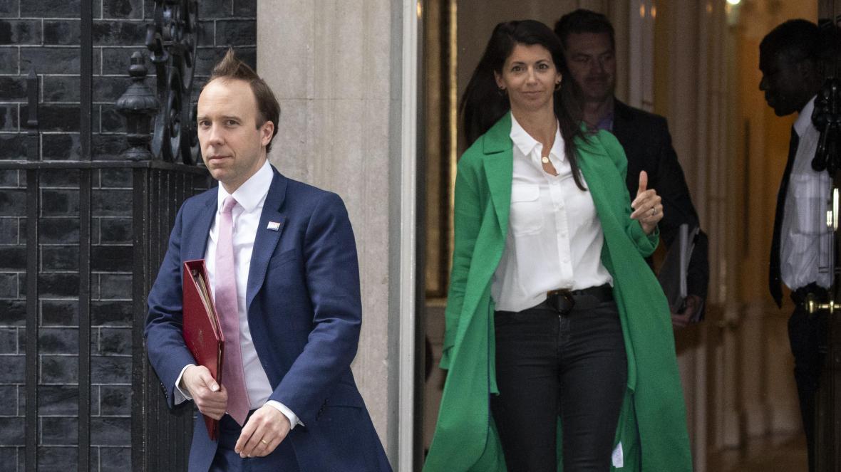شاهد فضيحة وزير الصحة البريطاني مات هانكوك مع مساعدته في الممر خارج مكتبه!