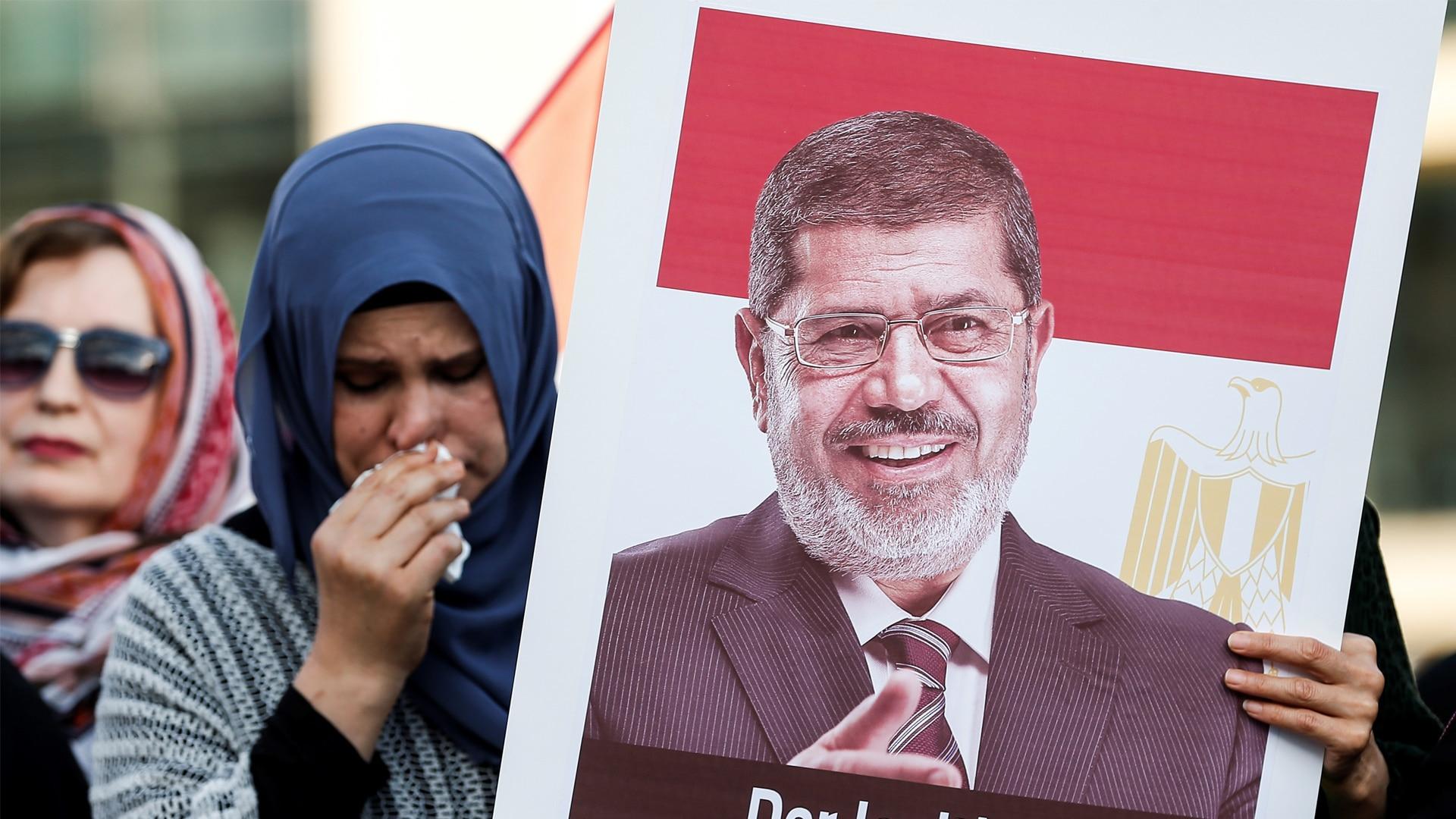 """ذكرى وفاة محمد مرسي الثانية تشعل المواقع """"لا تقتلوا أسود بلادكم فتأكلكم كلاب أعدائكم"""""""