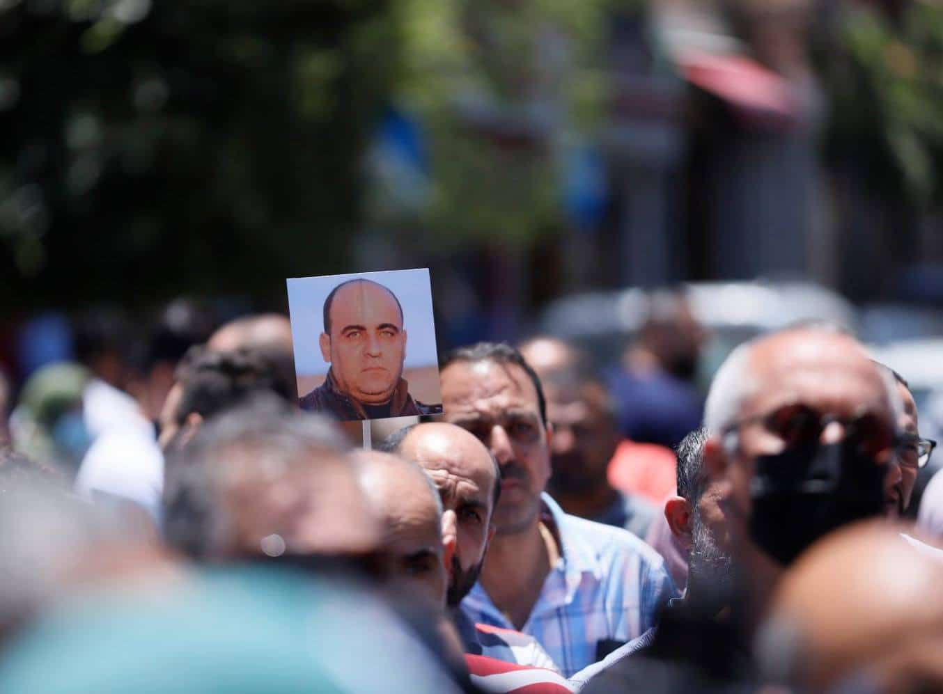 صحيفة: ماجد فرج وضع هذا التقرير على مكتب محمود عباس وكتب نهاية نزار بنات