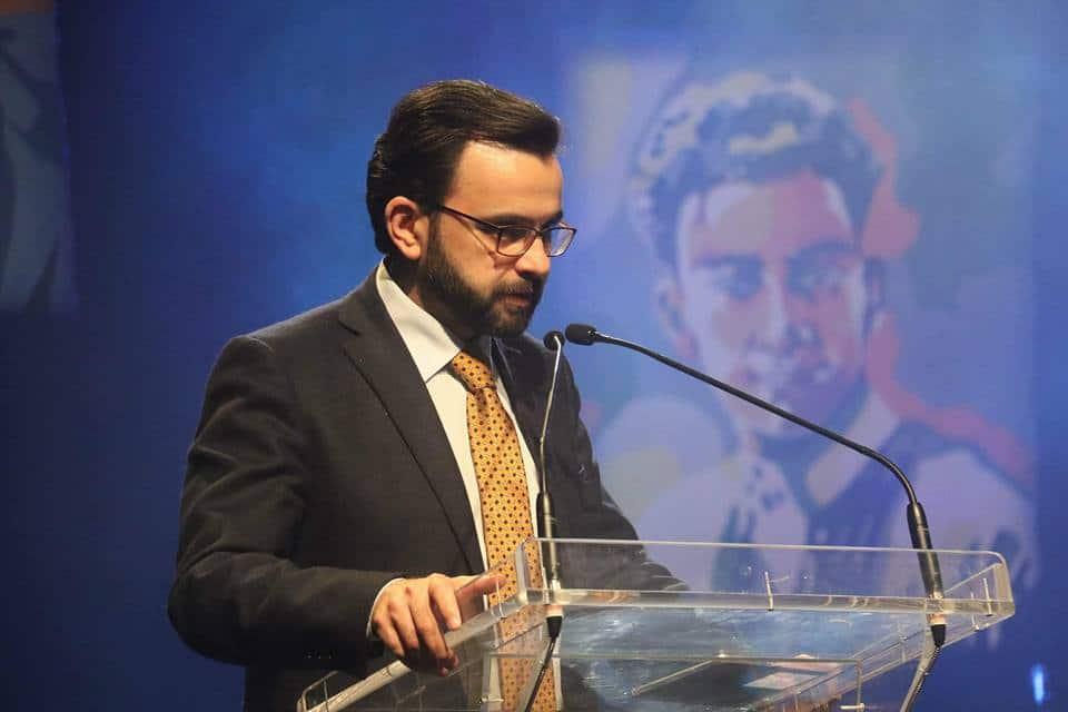 """""""عباس"""" يعاقب إيهاب بسيسو وزير الثقافة السابق بسبب منشور عن قتل نزار بنات"""