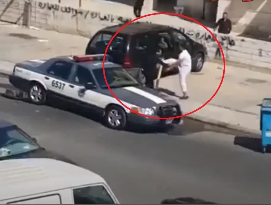 قفز في صدره وداس عليه .. شرطي كويتي تعرض للضرب من قبل احد الاشخاص في وضح النهار!