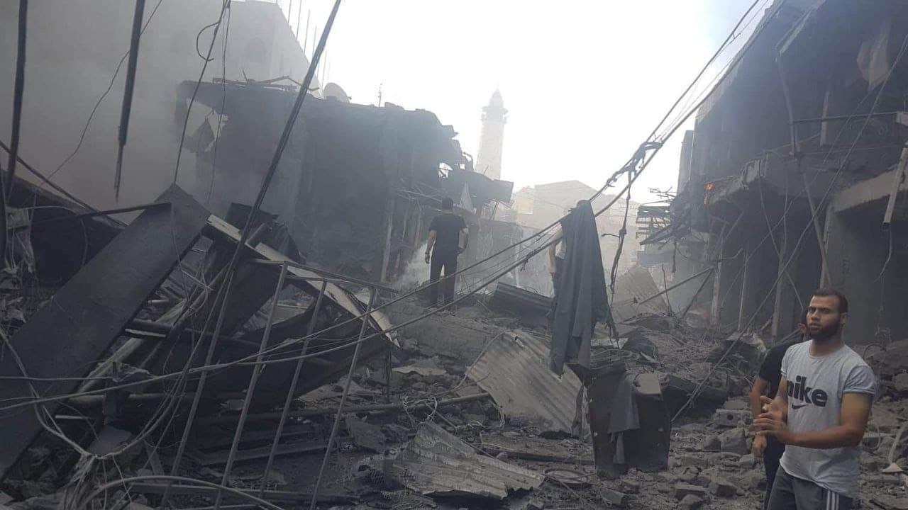 قتيل و10 إصابات في انفجار هز أشهر أسواق غزة وأدى إلى أضرار بالغة (فيديو)
