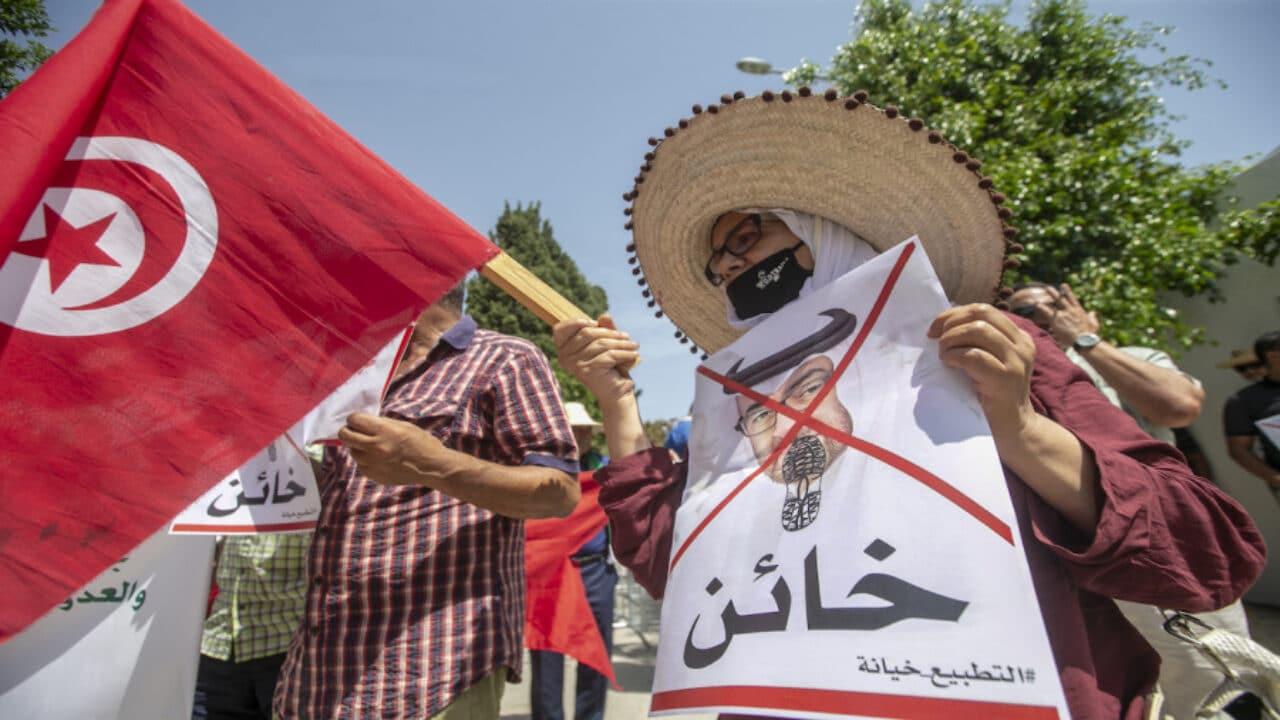 """موقع فرنسي: قيس سعيد انتقم لابن زايد من """"الجزيرة"""" والإمارات الفائز الأكبر في انقلاب تونس"""