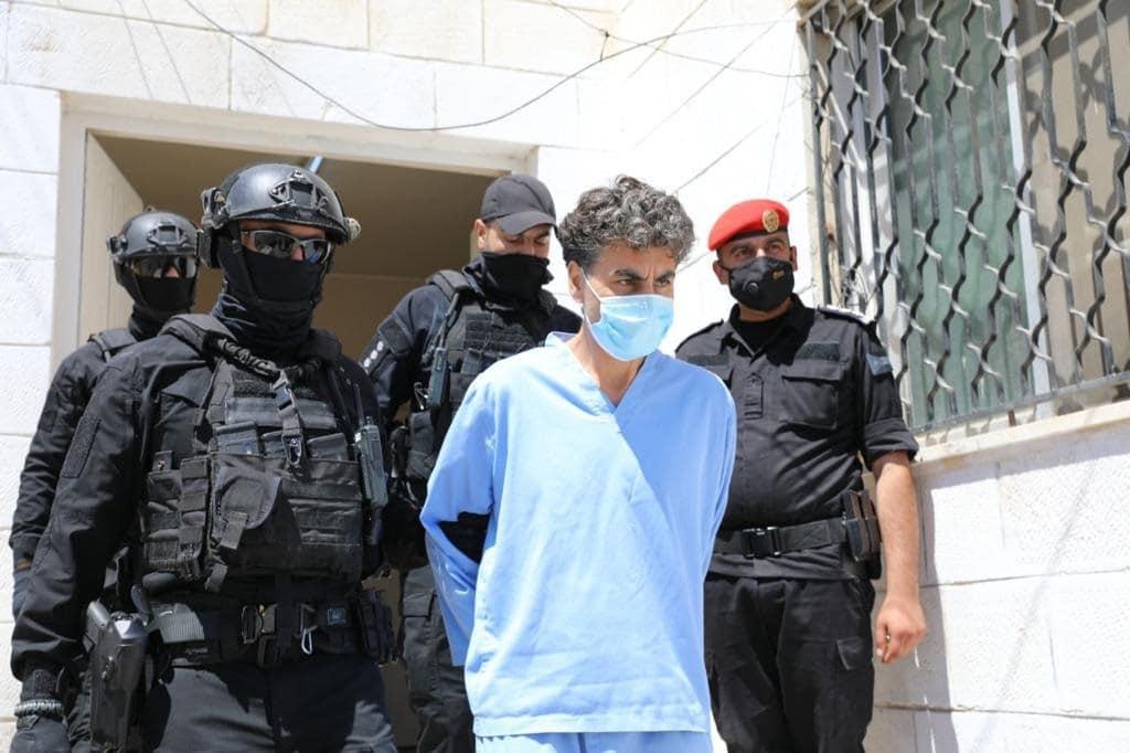 هكذا بدا الشريف حسن بن زيد لحظة دخوله المحكمة لنطق الحكم عليه في قضية الفتنة (فيديو)