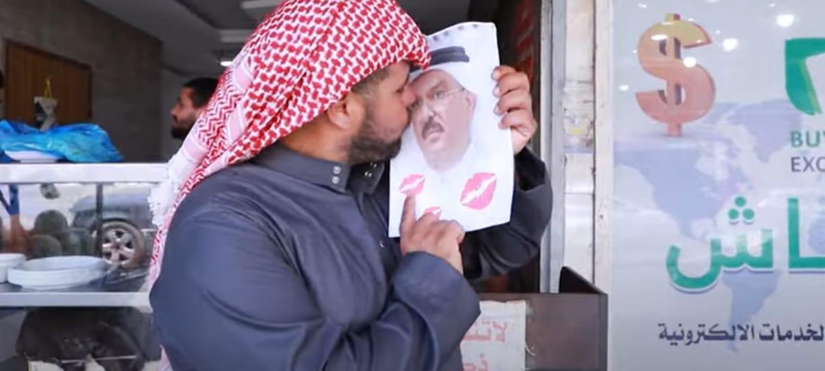 ما قصة الصورة التي انتشرت للسفير القطري محمد العمادي في شوارع غزة (شاهد)