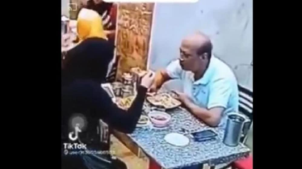 ما فعلته مصرية بزوجها داخل محل كشري يفجر جدلا واسعا (فيديو)