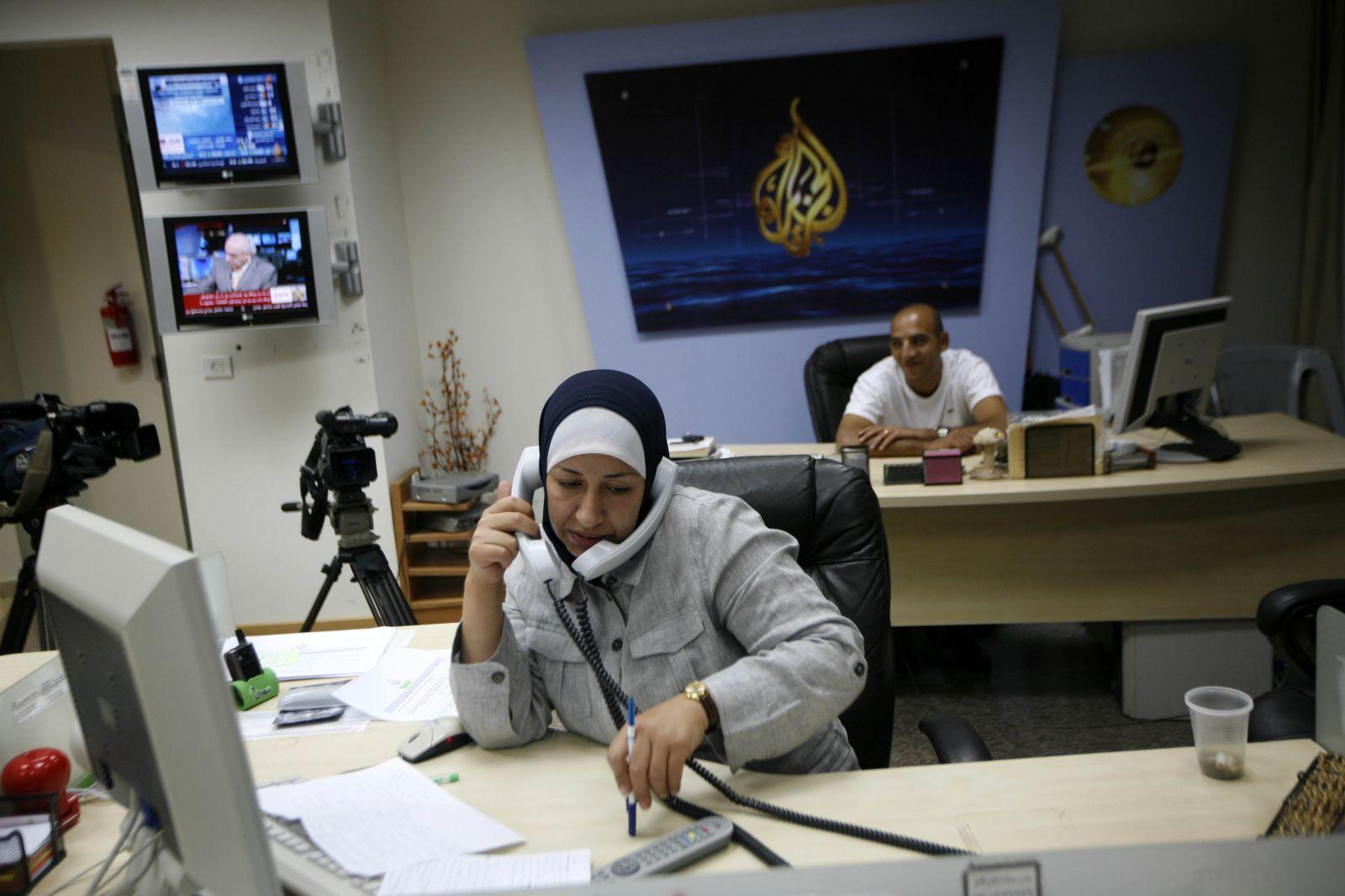 قوات الأمن التونسي تقتحم مكتب الجزيرة وأنصار قيس سعيد يستعرضون عضلاتهم