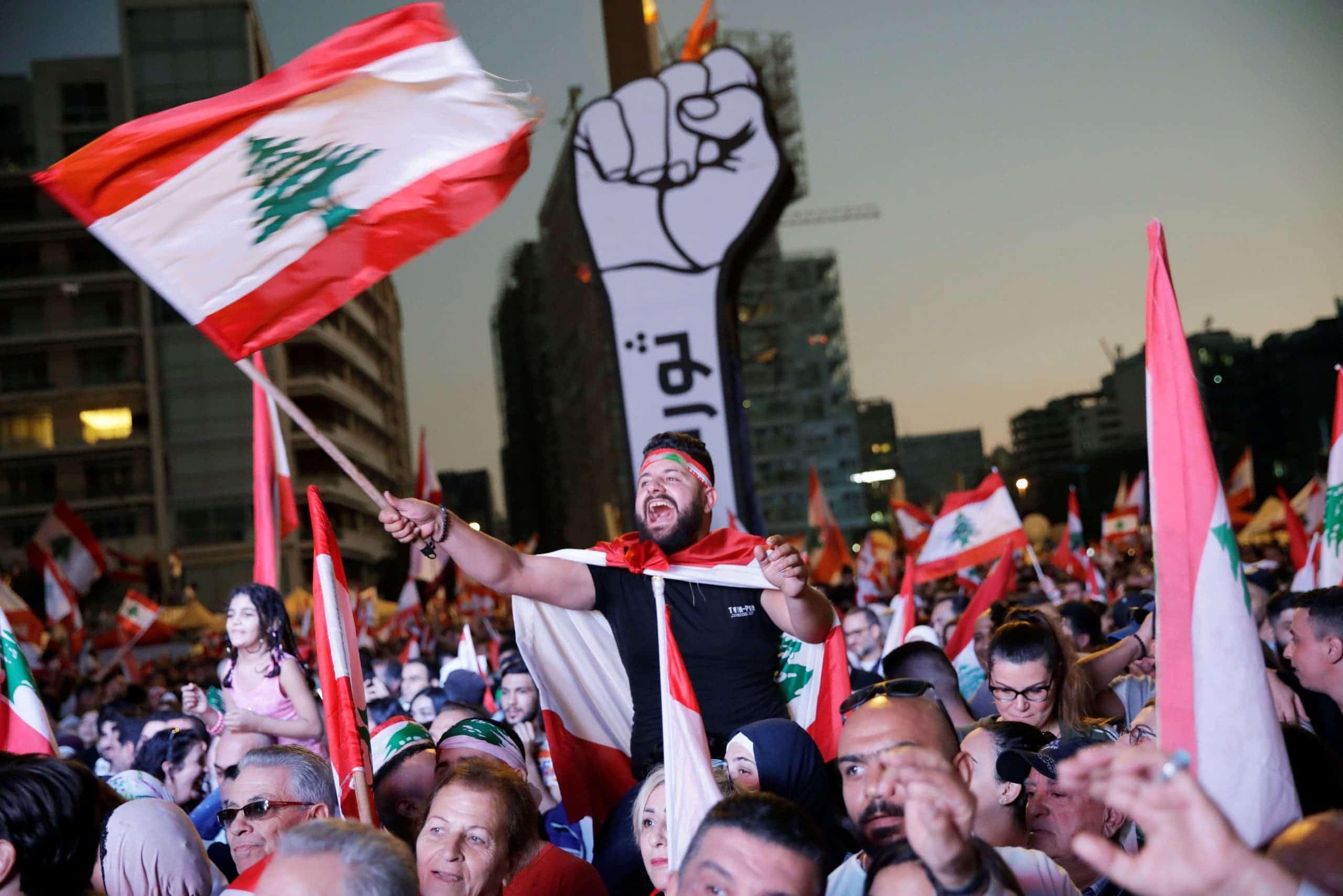 """أوبزرفر: """"حل وحيد"""" لوقف الانهيار الشامل في لبنان"""