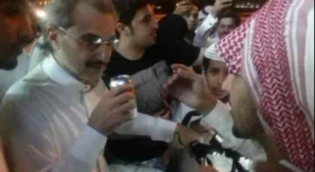 شاهدوا ماذا فعل الأمير الوليد بن طلال مع شاب قال له (ركز معي أبو خالد)!