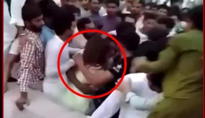 """حادثة أثارت غضباً في باكستان.. """"400"""" رجل يعتدون على فتاة ويجردونها من ملابسها (فيديو)"""