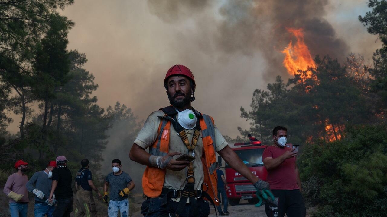 فيديوهات مرعبة للنيران وهي تلتهم الأخضر واليابس.. الحرائق تقتل العشرات في الجزائر وتصل تونس والمغرب
