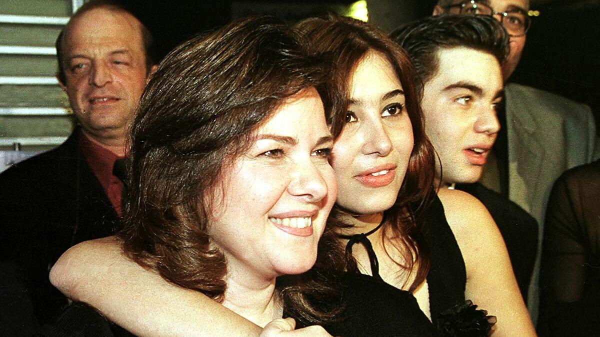 شبيهة دلال عبدالعزيز العراقية تلفت الأنظار بعد وفاة الفنانة المصرية (فيديو)