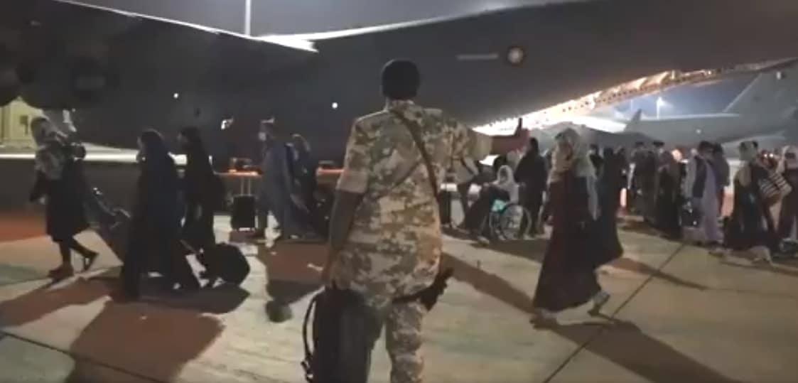 فيديو يظهر قوات قطرية وهي تجلي مواطنين أفغان وصحفيين ودبلوماسيين من مطار كابل