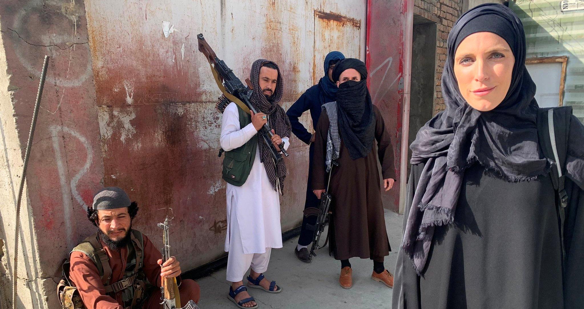مراسلة CNN بالعباءة والحجاب في تغطية صحفية بأفغانستان التزاما بتعليمات طالبان (فيديو)