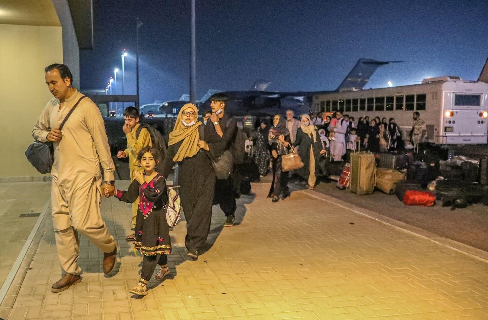 لولوة الخاطر تنشر فيديو من مقر إقامة اللاجئين الأفغان بقطر.. ما قصة المصحف والسجادة؟