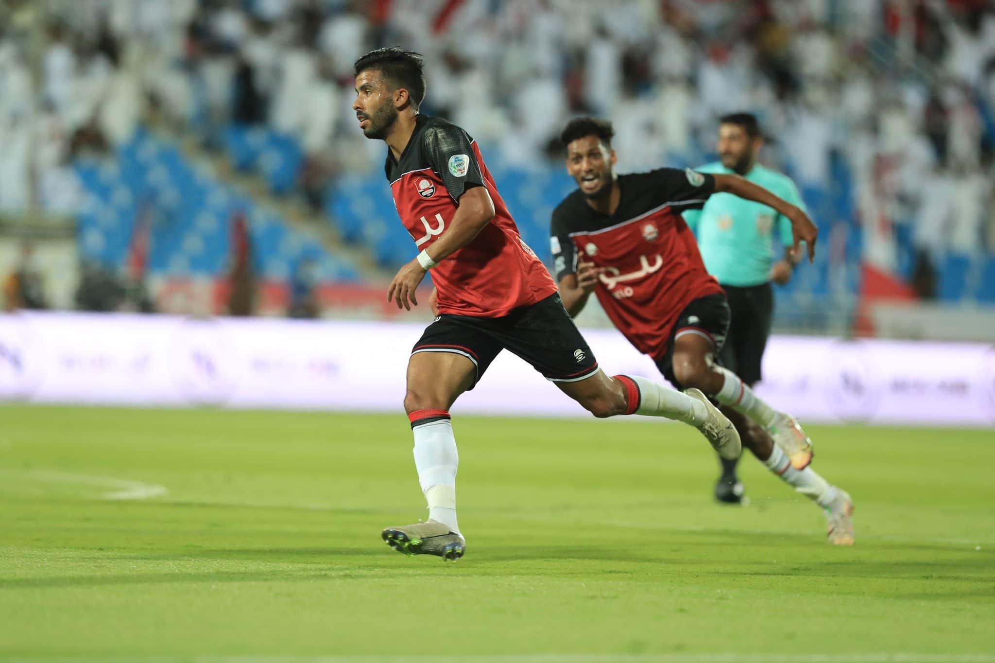 احتفال فريق الرائد السعودي بعد تسجيله أحد أهدافه في شباك منافسه التعاون في الدوري السعودي