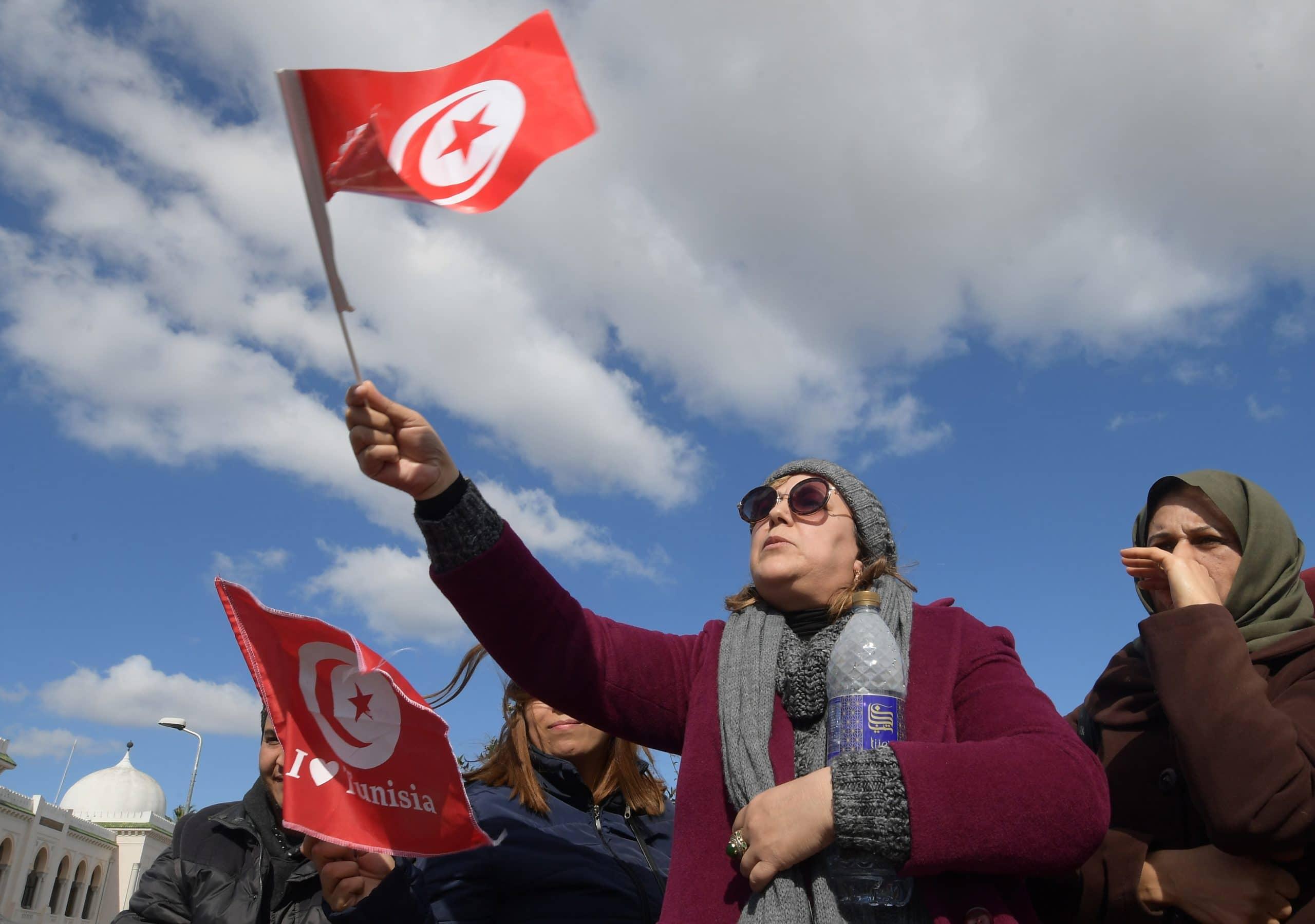 ناشطة تفجر مفاجأة حول سبب احراق شاب تونسي نفسه أمام مقر الداخلية