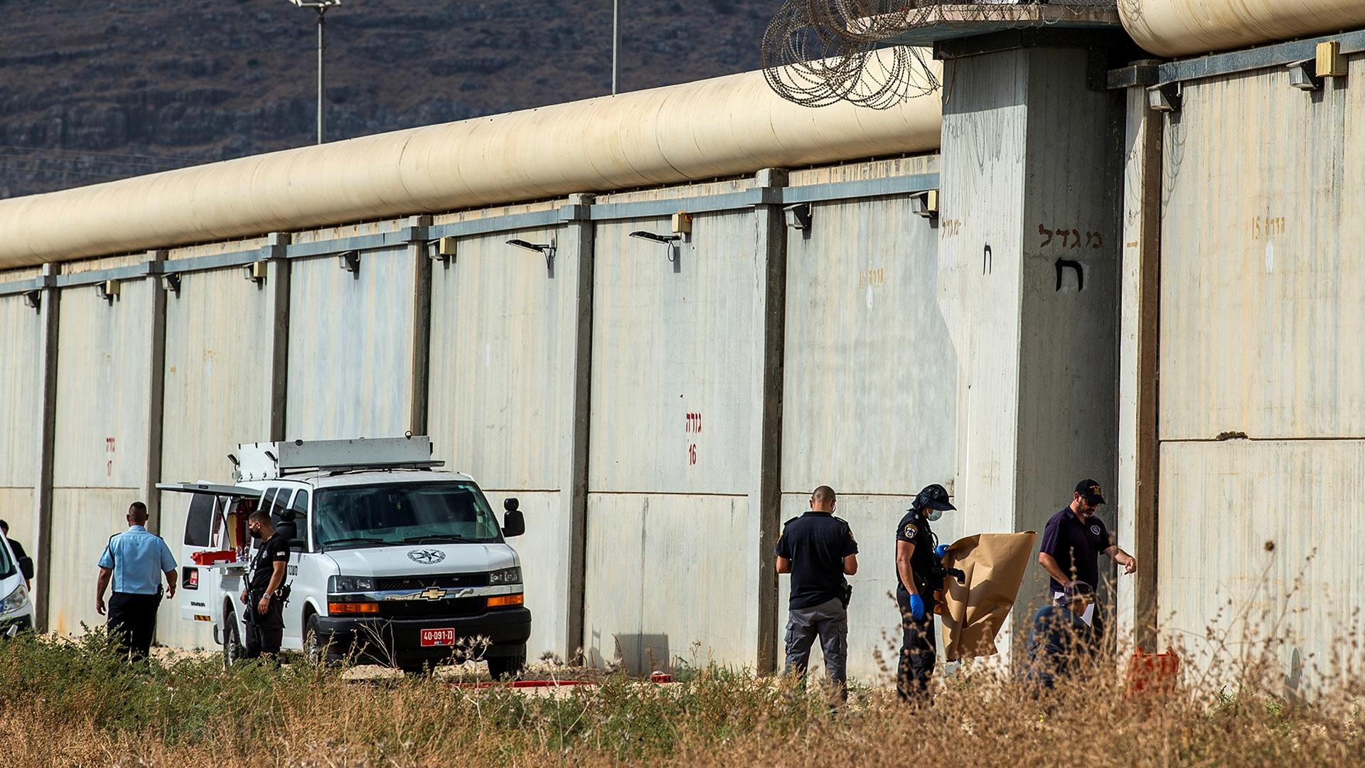 """""""نفق الحرية"""".. كيف حفر الأبطال الـ6 النفق في سجن جلبوع ولا يوجد حتى ملعقة حديدية واحدة للسجناء؟"""