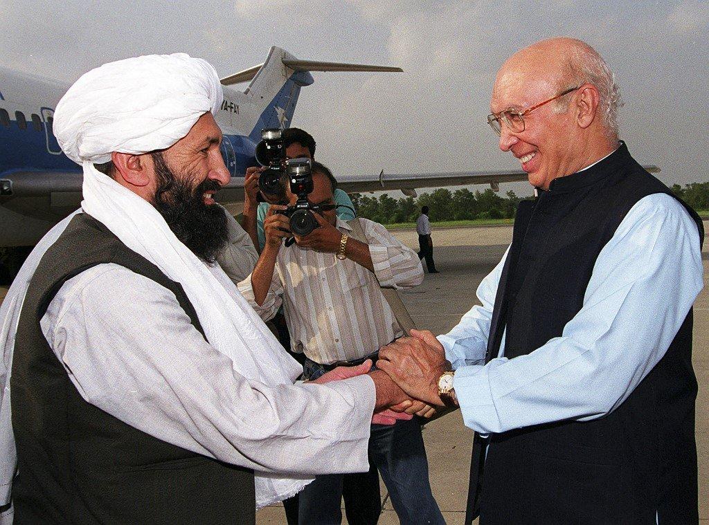 وزير الخارجية الباكستاني يستقبل نظيره من حركة طالبان الأفغانية الملا أخوند بالقرب من إسلام أباد في أغسطس 1999 وكالة الصحافة الفرنسية