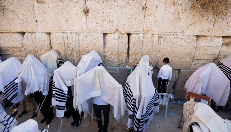 المستوطنون يصلون في المسجد الأقصى