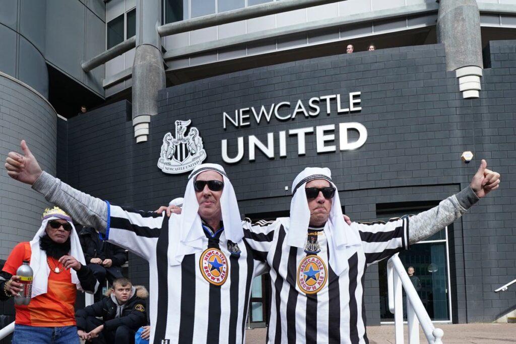 جماهير نيوكاسل يونايتد يثيرون أزمة بسبب ارتداء مناشف الشاي احتفاءً باستحواذ السعودية على ناديهم