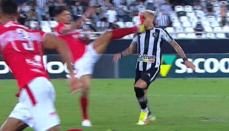 لاعب كرة قدم والتدخل العنيف في الدوري البرازيلي