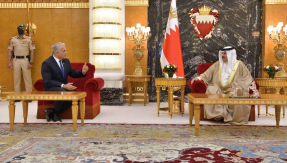 ملك البحرين حمد بن عيسى آل خليفة أثناء لقائه وزير الخارجية الإسرائيلي يائير لبيد