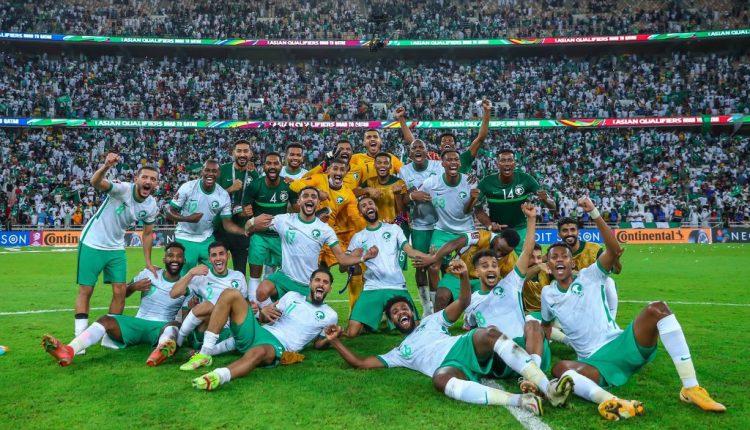 احتفال منتخب السعودية بعد الفوز على اليابان في تصفيات كأس العالم